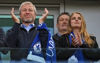 epa05979812 Chelsea owner Roman Abramovich (L) and his daughter Sofia (R) celebrate winniner the Premier League title after the English Premier League soccer match between Chlesea FC and Sunderland at Stamford Bridge in London, Britain, 21 May 2017.  EPA/FACUNDO ARRIZABALAGA EDITORIAL USE ONLY. No use with unauthorized audio, video, data, fixture lists, club/league logos or 'live' service. Online in-match use limited to 75 images, no video emulation. No use in betting, games or single club/league/player publications    EDITORI  EDITORIAL USE ONLY  EDITORIAL USE ONLY