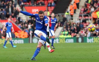 SOUTHAMPTON, ENGLAND - NOVEMBER 26:  Gylfi Sigurdsson of Everton scores the first everton goal during the Premier League match between Southampton and Everton at St Mary's Stadium on November 26, 2017 in Southampton, England.  (Photo by Catherine Ivill/Getty Images)