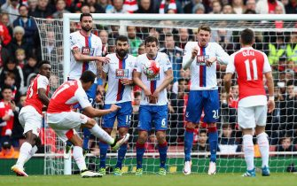 LONDON, ENGLAND - APRIL 17:  Alexis Sanchez of Arsenal takes a free kick during the Barclays Premier League match between Arsenal and Crystal Palace at the Emirates Stadium on April 17, 2016 in London, England.  (Photo by Paul Gilham/Getty Images)
