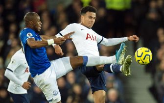 epa07969924 Everton's Oumar Niasse (L) in action against Tottenham Hotspur's Dele Alli (R) during the English Premier League soccer match between Everton FC and Tottenham Hotspur at the Goodison Park in Liverpool, Britain, 03 November 2019.  EPA/PETER POWELL EDITORIAL USE ONLY. No use with unauthorized audio, video, data, fixture lists, club/league logos or 'live' services. Online in-match use limited to 120 images, no video emulation. No use in betting, games or single club/league/player publications