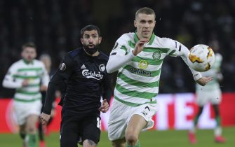epa08254164 Celtic's Jozo Simunovic (R) in action against Copenhagen's Michael Santos (L) during the UEFA Europa League round of 32, second leg, soccer match between Celtic Glasgow and FC Copenhagen in Glasgow, Britain, 27 February 2020.  EPA/ROBERT PERRY