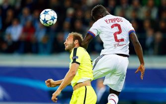 epa04933761 Gent's Laurent Depoitre (L) in action against Lyon's Mapou Yanga-Mbiwa (R) during the UEFA Champions League Group H soccer match between KAA Gent and Olympique Lyon at Ghelamco Arena in Ghent, Belgium, 16 September 2015.  EPA/LAURENT DUBRULE
