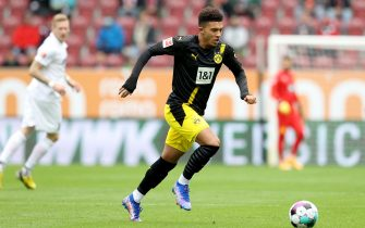 epa08700035 Jadon Sancho of Dortmund in action during the German Bundesliga soccer match between FC Augsburg and Borussia Dortmund at WWK-Arena in Augsburg, Germany, 26 September 2020.  EPA/Alexander Hassenstein / POOL DFL regulations prohibit any use of photographs as image sequences and/or quasi-video.