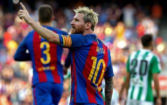 FC Barcelona's Argentinian striker Leo Messi (C) celebrates after scored a goal against Real Betis players during their Primera Division league match at Camp Nou in Barcelona, northeastern Spain, 20 August 2016. EFE/Toni Albir