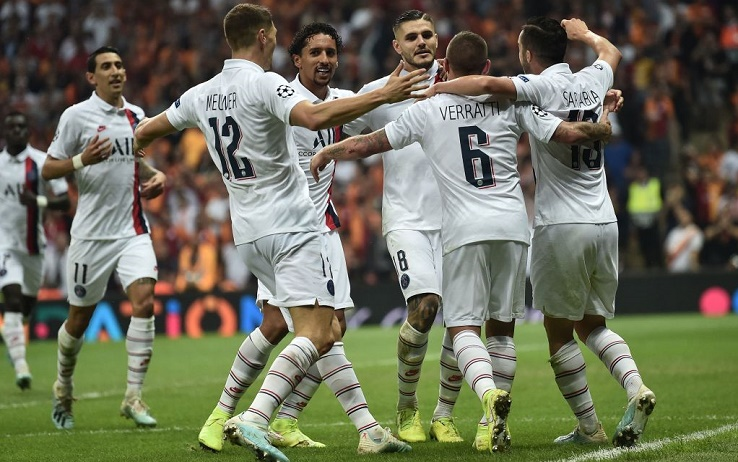 TOPSHOT - Paris Saint-Germain's Argentine forward Mauro Icardi (C) is congratulated by teammates after scoring a goal during the UEFA Champions League football match between Galatasaray and Paris Saint-Germain (PSG), on October 01, 2019 at Ali Sami Yen Spor Kompleksi in Istanbul. (Photo by OZAN KOSE / AFP) (Photo by OZAN KOSE/AFP via Getty Images)