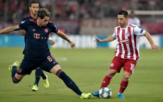 Bayern Munich's Spanish midfielder Javier Martinez (L) fights for the ball with Olympiakos' Portuguese midfielder Daniel Podence during the UEFA Champions League group B football match between Olympiacos FC and FC Bayern Munchen on October 22, 2019 at the Georgios Karaiskakis stadium in Piraeus near Athens, on October 22, 2019. (Photo by LOUISA GOULIAMAKI / AFP) (Photo by LOUISA GOULIAMAKI/AFP via Getty Images)