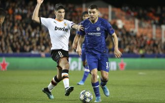VALENCIA, SPAIN - NOVEMBER 27: Mateo Kovacic of Chelsea, Carlos Soler of Valencia (left) during the UEFA Champions League group H match between Valencia CF and Chelsea FC at Estadio Mestalla on November 27, 2019 in Valencia, Spain. (Photo by Jean Catuffe/Getty Images)