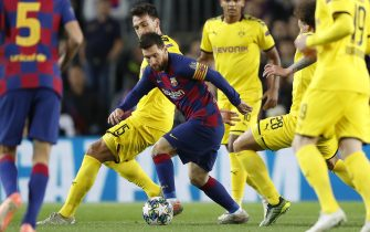 (L-R) Mats Hummels of Borussia Dortmund, Lionel Messi of FC Barcelona, Axel Witsel of Borussia Dortmund during the UEFA Champions League group F match between FC Barcelona and Borussia Dortmund at Camp Nou on November 27, 2019 in Barcelona, Spain(Photo by ANP Sport via Getty Images)