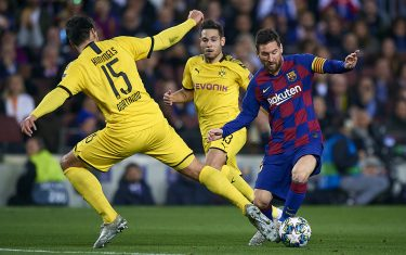 BARCELONA, SPAIN - NOVEMBER 27: Lionel Messi (R) of Barcelona competes for the ball with Mats Hummels of Borussia Dortmund during the UEFA Champions League group F match between FC Barcelona and Borussia Dortmund at Camp Nou on November 27, 2019 in Barcelona, Spain. (Photo by Pablo Morano/MB Media/Getty Images)