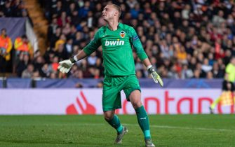 VALENCIA, SPAIN - NOVEMBER 27: Goal Keeper Jasper Cillessen of FC Valencia looks dejected during the UEFA Champions League group H match between Valencia CF and Chelsea FC at Estadio Mestalla on November 27, 2019 in Valencia, Spain. (Photo by TF-Images/Getty Images)