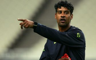 Athens, GREECE:  Barcelona's coach Frank Rijkaard advises his players during a training session at the Athens' Olympic stadium, 17 October 2005 . Barcelona will face Panathinaikos for the European Champions League.  AFP PHOTO / Aris Messinis  (Photo credit should read ARIS MESSINIS/AFP via Getty Images)