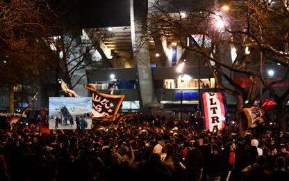 Delirio PSG, tifosi in massa davanti allo stadio