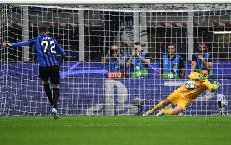 Shakhtar Donetsk's Ukrainian goalkeeper Andrey Pyatov (R) defelects a penalty shot by Atalanta's Slovenian midfielder Josip Ilicic (L) during the UEFA Champions League Group C stage football match Atalanta Bergamo vs Shakhtar Donetsk on October 1, 2019 at San Siro stadium in Milan. (Photo by Vincenzo PINTO / AFP)        (Photo credit should read VINCENZO PINTO/AFP via Getty Images)