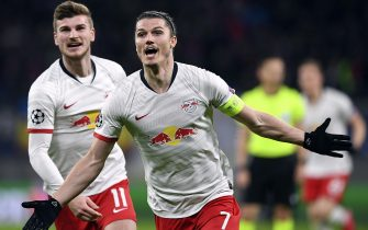 epa08284481 Leipzig's Marcel Sabitzer (R) celebrates with his team mate Timo Werner (L) after scoring the 1-0 goal during the UEFA Champions League round of 16, second leg soccer match between RB Leipzig and Tottenham Hotspur in Leipzig, Germany, 10 March 2020.  EPA/FILIP SINGER