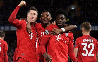 epa08247923 Bayern's Robert Lewandowski (L) celebrates scoring the third goal with Bayern's David Alaba (C) and Bayern's Alphonso Davies (R) during the UEFA Champions League Round of 16, first leg match between Chelsea FC and Bayern Munich in London, Britain, 25 February 2020.  EPA/ANDY RAIN