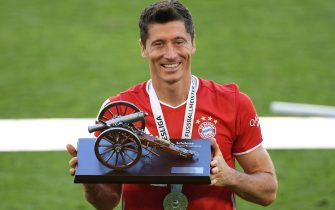 epa08512605 Robert Lewandowski of Bayern Munich poses with the trophy for the top goalscorer of the season after the Bundesliga match between VfL Wolfsburg and FC Bayern Muenchen at Volkswagen Arena on June 27, 2020 in Wolfsburg, Germany.  EPA/Stuart Franklin / POOL DFL regulations prohibit any use of photographs as image sequences and/or quasi-video.