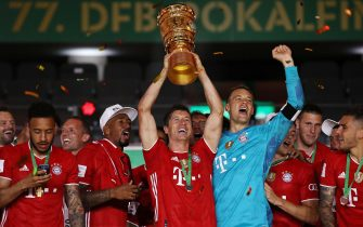 epa08527734 Bayern Munich's Robert Lewandowski (C) lifts the trophy as his teammates celebrate after winning the German DFB Cup final between Bayer 04 Leverkusen and FC Bayern Munich at Olympic Stadium in Berlin, Germany, 04 July 2020.  EPA/ALEXANDER HASSENSTEIN / POOL CONDITIONS - ATTENTION: The DFB regulations prohibit any use of photographs as image sequences and/or quasi-video.