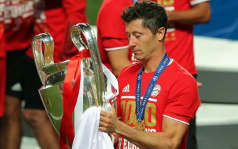 epa08620971 Robert Lewandowski of FC Bayern celebrates with the trophy after winning the UEFA Champions League final between Paris Saint-Germain and Bayern Munich in Lisbon, Portugal, 23 August 2020.  EPA/Miguel A. Lopes / POOL