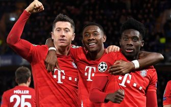 epa08247874 Bayern's Robert Lewandowski (L) celebrates scoring the third goal with Bayern's David Alaba (C) and Bayern's Alphonso Davies (R) during the UEFA Champions League Round of 16, first leg match between Chelsea FC and Bayern Munich in London, Britain, 25 February 2020.  EPA/ANDY RAIN