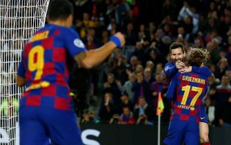 epa08029729 FC Barcelona's Leo Messi (2-R) celebrates with teammates Antoine Griezmann (R) and Luis Suarez (L) after scoring the 2-0 lead during a UEFA Champions League's group F soccer match between FC Barcelona and Borussia Dortmund at the Camp Nou Stadium in Barcelona, Spain, 27 November 2019.  EPA/ENRIC FONTCUBERTA