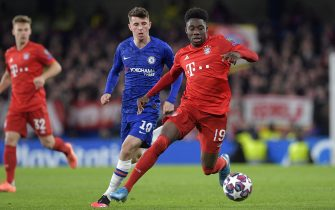 epa08247597 Mason Mount (L) of Chelsea in action against Alphonso Davies of Bayern Munich during the UEFA Champions League Round of 16, first leg match between Chelsea FC and Bayern Munich in London, Britain, 25 February 2020.  EPA/NEIL HALL