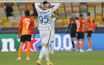 epa08778384 Alessandro Bastoni (C) of Inter reacts during the UEFA Champions League group B soccer match between FC Shakhtar Donetsk and FC Internazionale Milan in Kiev, Ukraine, 27 October 2020.  EPA/SERGEY DOLZHENKO