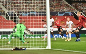epa08781856 Mason Greenwood (C) of Manchester United takes a shot on goal during the UEFA Champions League group H match Manchester United vs RB Leipzig in Manchester, Britain 28 October 2020.  EPA/Peter Powell