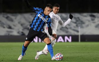 epa08796911 Madrid's midfielder Carlos Henrique Casemiro (R) vies for the ball against Internazionale's striker Lautaro Martinez (L) during the UEFA Champions League group B match between Real Madrid and FC Internazionale at Alfredo Di Stefano stadium in Madrid, Spain, 03 November 2020.  EPA/JuanJo Martin