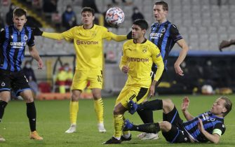 epa08799349 Dortmund's Mahmoud Dahoud (C) in action against Brugge's Ruud Vormer (R) during the UEFA Champions League group F soccer match between Club Brugge and Borussia Dortmund in Bruges, Belgium, 04 November 2020.  EPA/Stephanie Lecocq