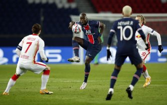 epa08839837 Danilo (C) of PSG in action against Marcel Sabitzer (L) of Leipzig during the UEFA Champions League Group H soccer match between Paris Saint Germain (PSG) and RB Leipzig in Paris, France, 24 November 2020.  EPA/YOAN VALAT