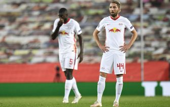 epa08781743 Kevin Kampl (R) and Dayot Upamecano of RB Leipzig react after Manchester United scored the opening goal during the UEFA Champions League group H match Manchester United vs RB Leipzig in Manchester, Britain 28 October 2020.  EPA/Peter Powell