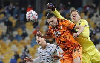epaselect epa08760013 Merih Demiral (C) and Wojciech Szczesny (R) of Juventus and Vladyslav Supriaha (L) of Dynamo Kyiv in action during the UEFA Champions League group stage soccer match between Dynamo Kyiv and Juventus in Kiev, Ukraine, 20 October 2020.  EPA/SERGEY DOLZHENKO