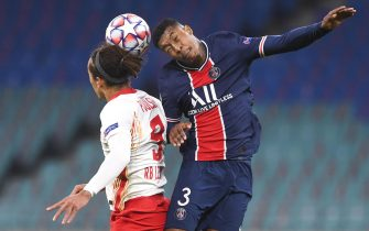 epa08799453 Yussuf Poulsen (L) of Leipzig in action against Presnel Kimpembe (R) of PSG during the UEFA Champions League group H soccer match between RB Leipzig and Paris Saint-Germain (PSG) in Leipzig, Germany, 04 November 2020.  EPA/Filip Singer