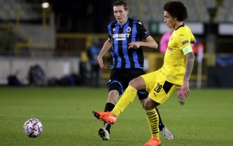 epa08799037 Brugge's Hans Vanaken (L) in action against Dortmund's Axel Witsel (R) during the UEFA Champions League group F soccer match between Club Brugge and Borussia Dortmund in Bruges, Belgium, 04 November 2020.  EPA/Stephanie Lecocq