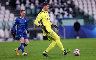 TURIN, ITALY - DECEMBER 02: (BILD ZEITUNG OUT) Wojciech Szczesny of Juventus FC controls the ball during the UEFA Champions League Group G stage match between Juventus and Dynamo Kyiv at Juventus Stadium on December 2, 2020 in Turin, Italy. (Photo by Sportinfoto/DeFodi Images via Getty Images)
