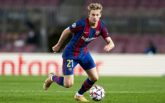BARCELONA, SPAIN - NOVEMBER 04: Frenkie De Jong of FC Barcelona with the ball during the UEFA Champions League Group G stage match between FC Barcelona and Dynamo Kyiv at Camp Nou on November 04, 2020 in Barcelona, Spain. (Photo by Pedro Salado/Quality Sport Images/Getty Images)