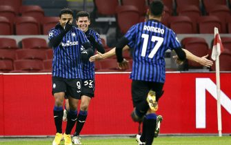 epa08873179 Luis Muriel (L) of Atalanta celebrates with teammates after scoring the 1-0 lead during the UEFA Champions League group D soccer match between Ajax Amsterdam and Atalanta Bergamo at the Johan Cruijff Arena in Amsterdam, Netherlands, 09 December 2020.  EPA/MAURICE VAN STEEN