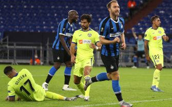 epa08586433 Inter's Christian Eriksen celebrates after scoring for a 2-0 lead during the UEFA Europa League Round of 16 match between Inter Milan and Getafe at the stadium in Gelsenkirchen, Germany, 05 August 2020.  EPA/Lars Baron / POOL