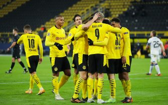 epa08840056 Erling Haaland of Borussia Dortmund celebrates with team mates after scoring their sides third goal during the UEFA Champions League Group F stage match between Borussia Dortmund and Club Brugge KV at Signal Iduna Park in Dortmund, Germany,24 November 2020.  EPA/LARS BARON / POOL