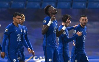 epa08799337 Chelsea's Tammy Abraham (C) celebrates after scoring the 3-0 lead during the UEFA Champions League group E soccer match between Chelsea FC and Stade Rennes in London, Britain, 04 November 2020.  EPA/Dylan Martinez / POOL