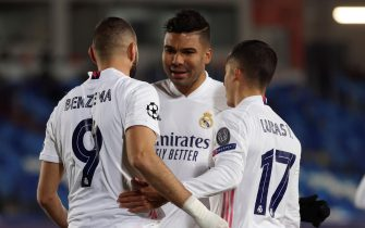 epa08873223 Real Madrid's striker Karim Benzema (L) celebrates with teammates after scoring the 1-0 during the UEFA Champions League group B soccer match between Real Madrid and Borussia Monchengladbach at Alfredo Di Stefano stadium in Madrid, Spain, 09 December 2020.  EPA/JUANJO MARTIN