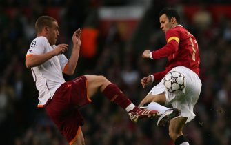 MANCHESTER, UNITED KINGDOM - APRIL 10: Ryan Giggs of Manchester United battles for the ball with Daniele de Rossi of AS Roma during the UEFA Champions League Quarter Final, second leg match between Manchester United and AS Roma at Old Trafford on April 10, 2007 in Manchester, England. (Photo by Alex Livesey/Getty Images)