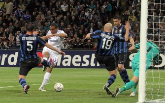 epa02671499 Joel Matip (C) of Schalke 04 scores the equalizer against Inter Milan during the first leg  Champions League quater-final match between Inter Milan and Schalke 04 at the San Siro Stadium in Milan, northen Italy, 05 April 2011.  EPA/MATTEO BAZZI