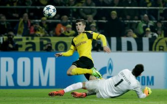 epa05837436 Dortmund's Christian Pulisic scoring the 2-0 goal during the UEFA Champions League Round of 16, second leg soccer match between Borussia Dortmund vs Benfica at the Signal Iduna Park in Dortmund, Germany, 08 March 2017.  EPA/FRIEDEMANN VOGEL