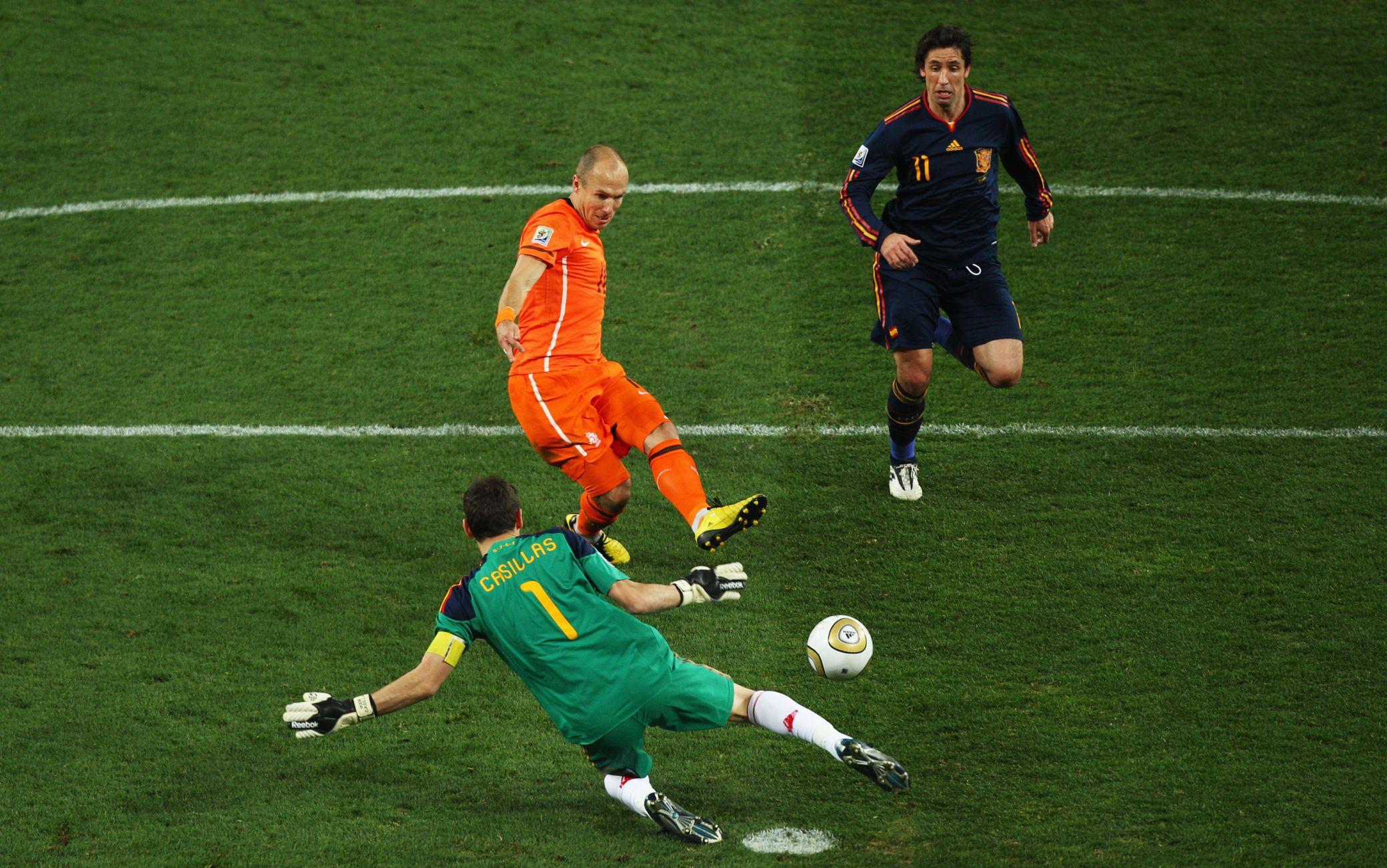 """Finale dei Mondiali 2010: l'errore di Robben che avrebbe potuto dare la coppa all'Olanda. Guardate dietro: c'è Capdevila pronto a urlare la """"maledizione"""" Kiricocho"""