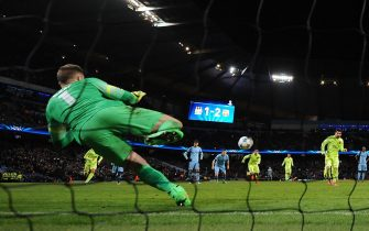 epa04635905 Manchester City's Joe Hart (L) saves a second half penalty taken by Barcelona's Lionel Messi (R) during the UEFA Champions League round of 16 first leg tie between Manchester City and Barcelona held at the Etihad Stadium in Manchester, Britain, 24 February 2015.  EPA/Peter Powell .