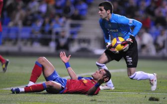 Barcelona's Daniel Alves (down) vies with Recreativo Huelva's goalkeeper Asier Riesgo (R) during their Spanish league football match at the Nuevo Colombino's stadium in Huelva, on November 16, 2008. AFP PHOTO / CRISTINA QUICLER (Photo credit should read CRISTINA QUICLER/AFP via Getty Images)