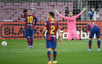 Barcelona's Argentinian forward Lionel Messi (L) prepares to shoot a penalty kick during the Spanish league football match between FC Barcelona and Valencia CF at the Camp Nou stadium in Barcelona on December 19, 2020. (Photo by LLUIS GENE / AFP) (Photo by LLUIS GENE/AFP via Getty Images)