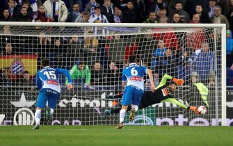 epa06448012  Espanyol's goalkeeper Diego Lopez (R) saves the penalty kick shot by Leo Messi (not pictured) during the first leg of the Spanish King's Cup quarter final match between RCD Espanyol and FC Barcelona in Cornella, Barcelona, Spain, 17 January 2018.  EPA/Alejandro Garcia