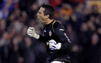 epa03088513 Valencia CF´s Brazilian goalkeeper Diego Alves celebrates after countryman Jonas Gonsalves scored against FC Barcelona during their Spanish King Cup semifinal first leg match played at the Mestalla stadium in Valencia, Spain, 01 February 2012.  EPA/MANUEL BRUQUE